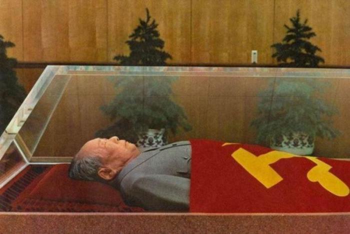 Тело Мао Цзедуна в саркофаге. | Фото: venividi.ru.